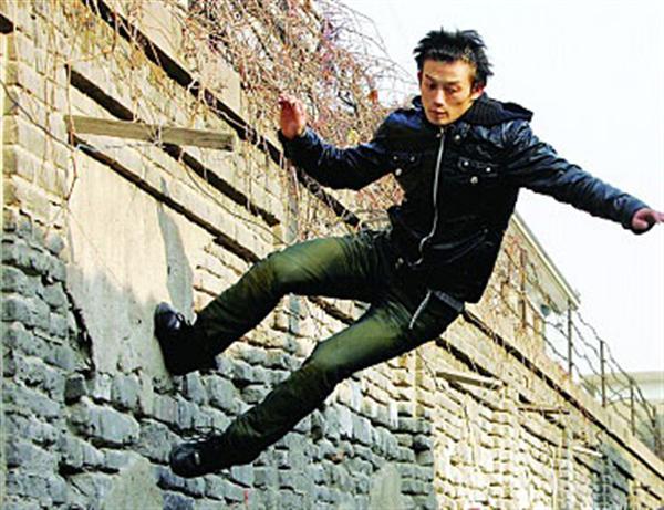 杜易泽表演高空跳楼-跑酷街