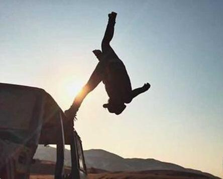 帅气!新疆跑酷男孩嘴咬摄像机拍短片 入围米兰国际体育电影节-跑酷街