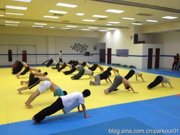 重庆欧帕跑酷俱乐部_重庆欧帕跑酷训练营-跑酷街