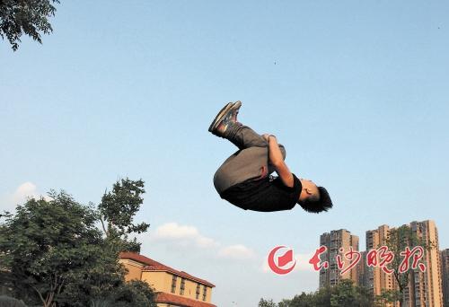 长沙小伙婚庆公园内练习跑酷 绽放青春活力-跑酷街