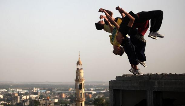 飞翔自由!少年废弃建筑上练习跑酷-跑酷街