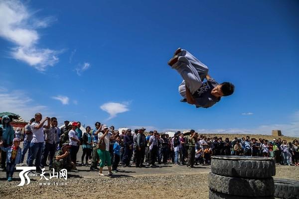 """新疆伊吾县""""清泉节""""跑酷成亮点-跑酷街"""