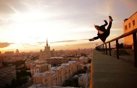 俄罗斯小伙高空跑酷炫特技 惊险表演成职业-跑酷街