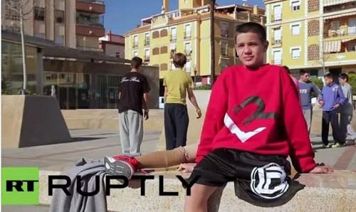 西班牙12岁独腿少年练习跑酷 称要逼自己到极限-跑酷街