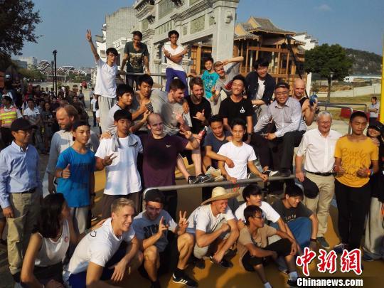 中丹两国跑酷爱好者广西柳州上演惊险动作引围观-跑酷街