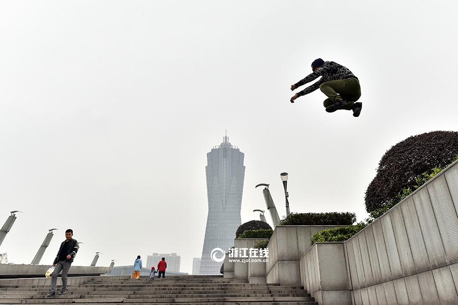 """杭州跑酷男 没事酷爱找""""困难""""-跑酷街"""
