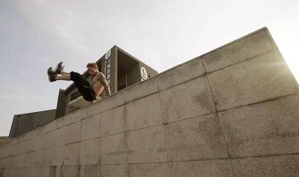 帅呆!八块腹肌的江山小伙飞檐走壁 他想飞遍杭州-跑酷街