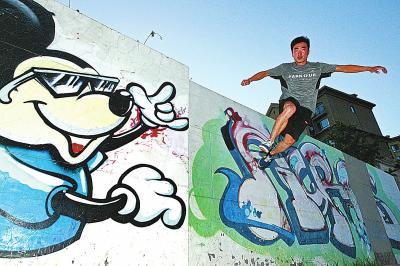 郑州跑酷少年飞檐走壁 城市就是他们的健身房-跑酷街