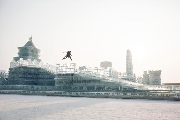 酷!德国跑酷小伙哈尔滨挑战冰跑 征服光滑冰面-跑酷街