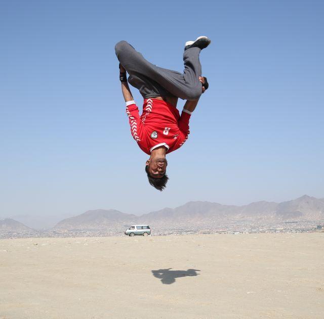 无处不运动!阿富汗小伙废墟荒地玩跑酷-跑酷街