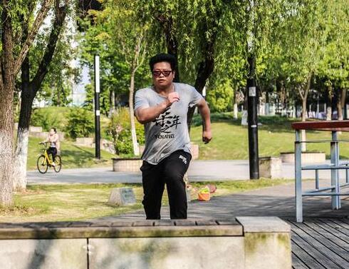 武汉跑酷:武汉小伙飞檐走壁玩跑酷-跑酷街