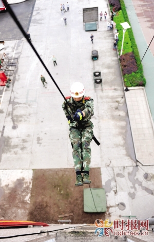 """跃下高楼、翻越3米板,跑酷""""叫板""""消防-跑酷街"""