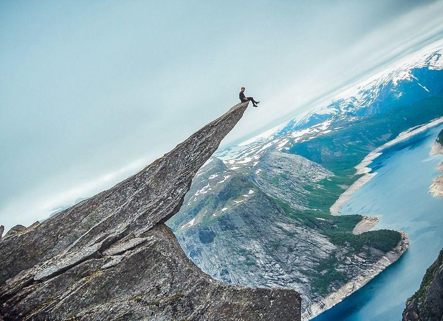 跑酷男托比·西格(Toby Segar)700米高悬崖边缘表演空翻-跑酷街