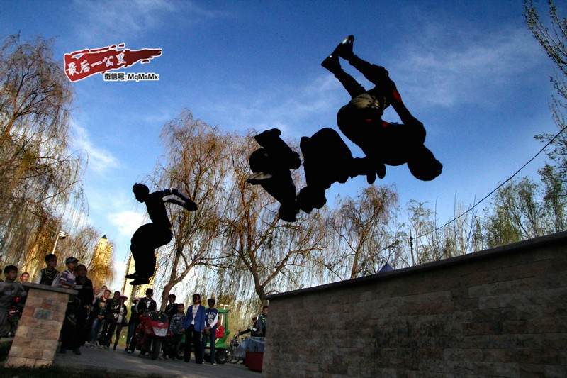 新疆青年流行跑酷 高难度动作吓坏路人-跑酷街