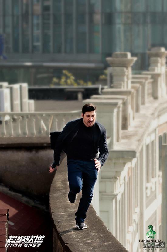 《超级快递》曝跑酷剧照 大卫贝尔上海飞檐走壁-跑酷街
