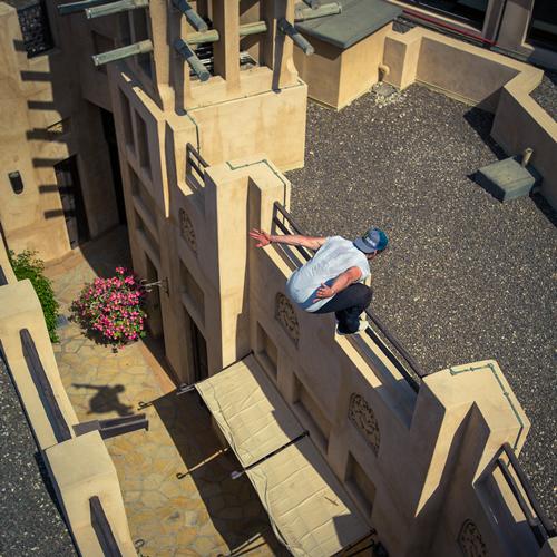 极限运动成员在迪拜卓美亚古堡酒店玩转跑酷-跑酷街
