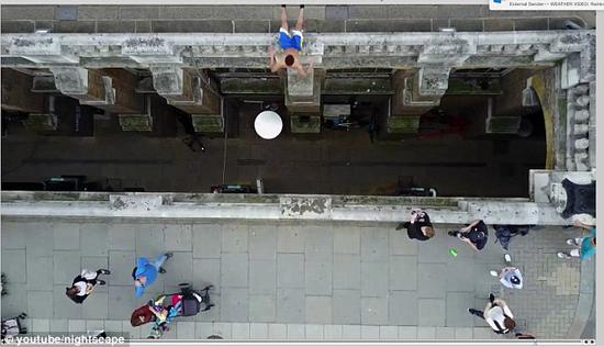 英街头跑酷少年空翻越过障碍引路人惊叹-跑酷街