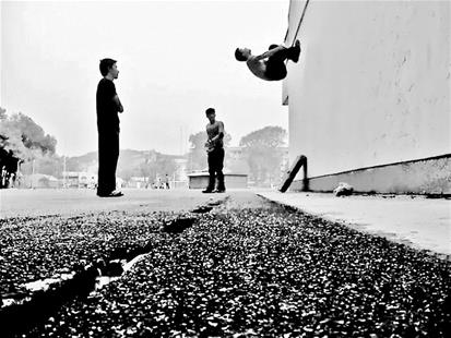 """武汉高校""""跑酷""""圈:校园跑男飞檐走壁-跑酷街"""